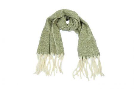 groene sjaal met lange franjes